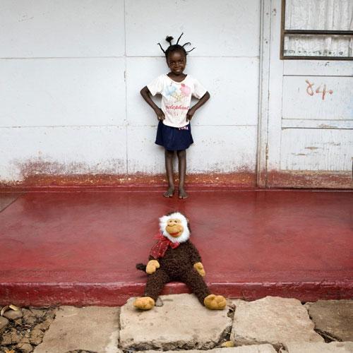 Botlhe-Botswana-toy-stories-gabriele-galimberti