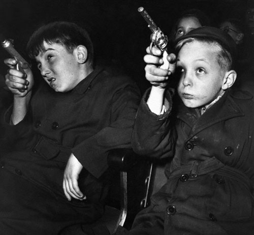 Paul-kaye-enfant-vintage-kids-photo-boys-toy-guns-1954-childrens-movie-session-rocket-lulu