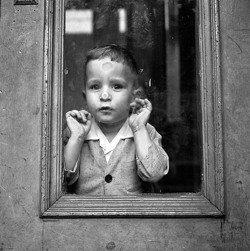 Vivian-maier-child-photo-May-5-1955-NY-vintage-enfant-rocket-lulu