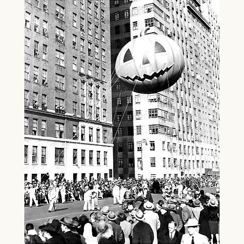 Macy's-thanksgiving-day-parade-1945-pumpkin-balloon-vintage-photo-rocket-lulu
