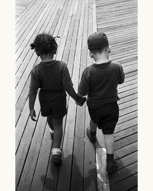 Harold-feinstein-hand-in-hand-on-the-boardwalk-coney-Island-1955-photo-enfant-vintage-children-50s-rocket-lulu