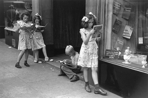 Ruth-orkin-comic-book-readers-vintage-kids-photo-new-york-1943-rocket-lulu