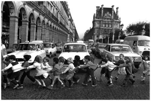 Robert-doisneau-tabliers-rue-rivoli-1978-photo-vintage-enfant-rocket-lulu