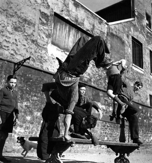 Robert-doisneau-children-playing-paris-1936-vintage-enfant-photo