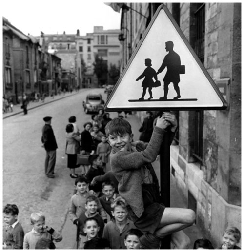 Robert-doisneau-ecoliers-rue-damesme-paris-1956-photo-vintage-enfant-rocket-lulu.